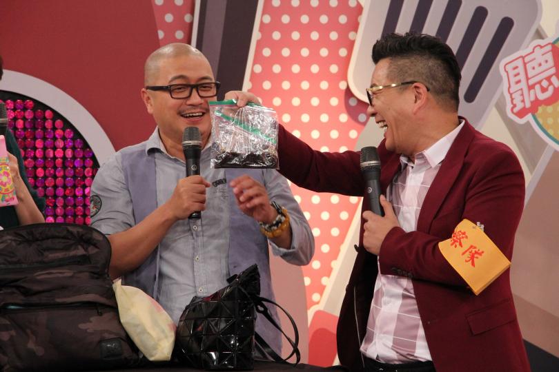 Paul(右二)為兒隨身攜帶日本炸醬,卻因外觀被懷疑是排泄物。(圖/年代MUCH提供)
