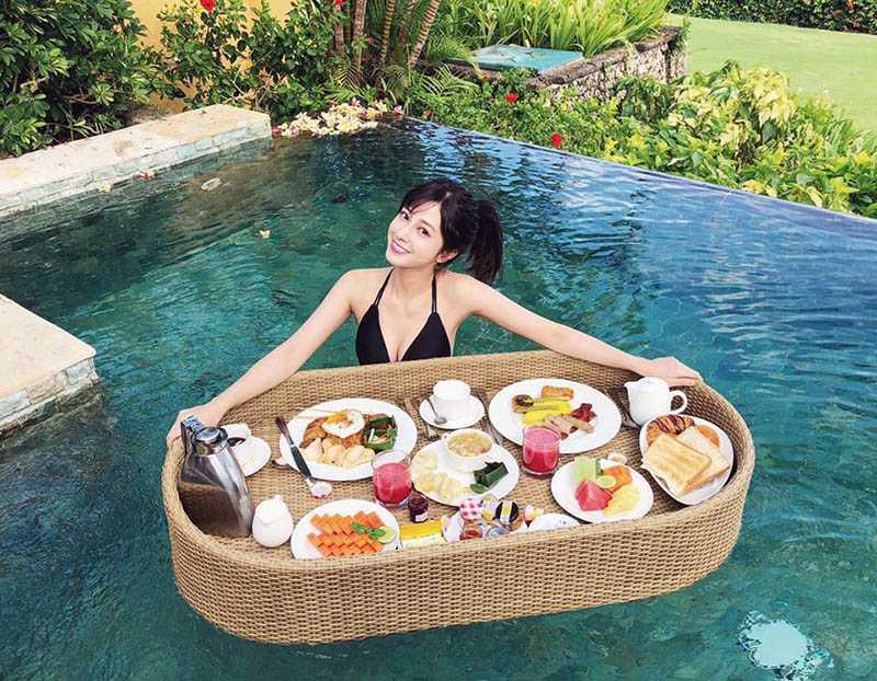 去年陳敬宣趁空檔充電,在峇厘島體驗超夯的漂浮早餐。(圖/翻攝自陳敬宣臉書)