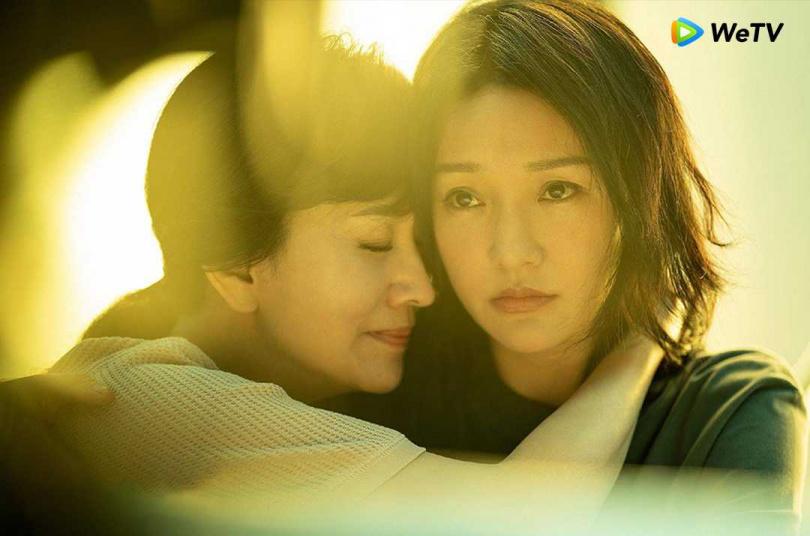 趙雅芝(左)則演出周迅生母。(圖/WeTV)