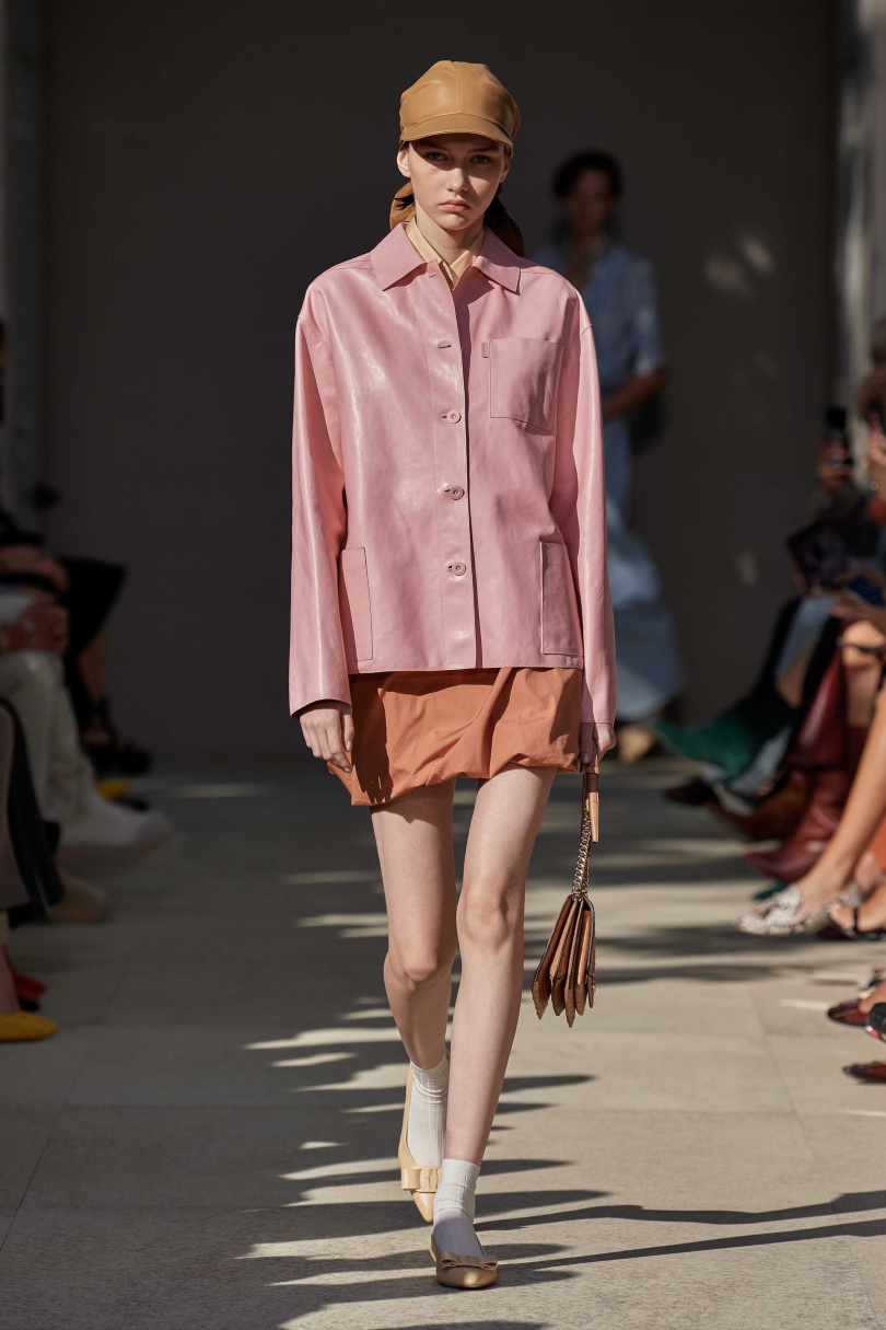 呼應春天粉嫩色是這一季皮革的關鍵指標,擺脫了沉重感皮料單品、也能搭出輕盈自在感。(圖/Salvatore Ferragamo)