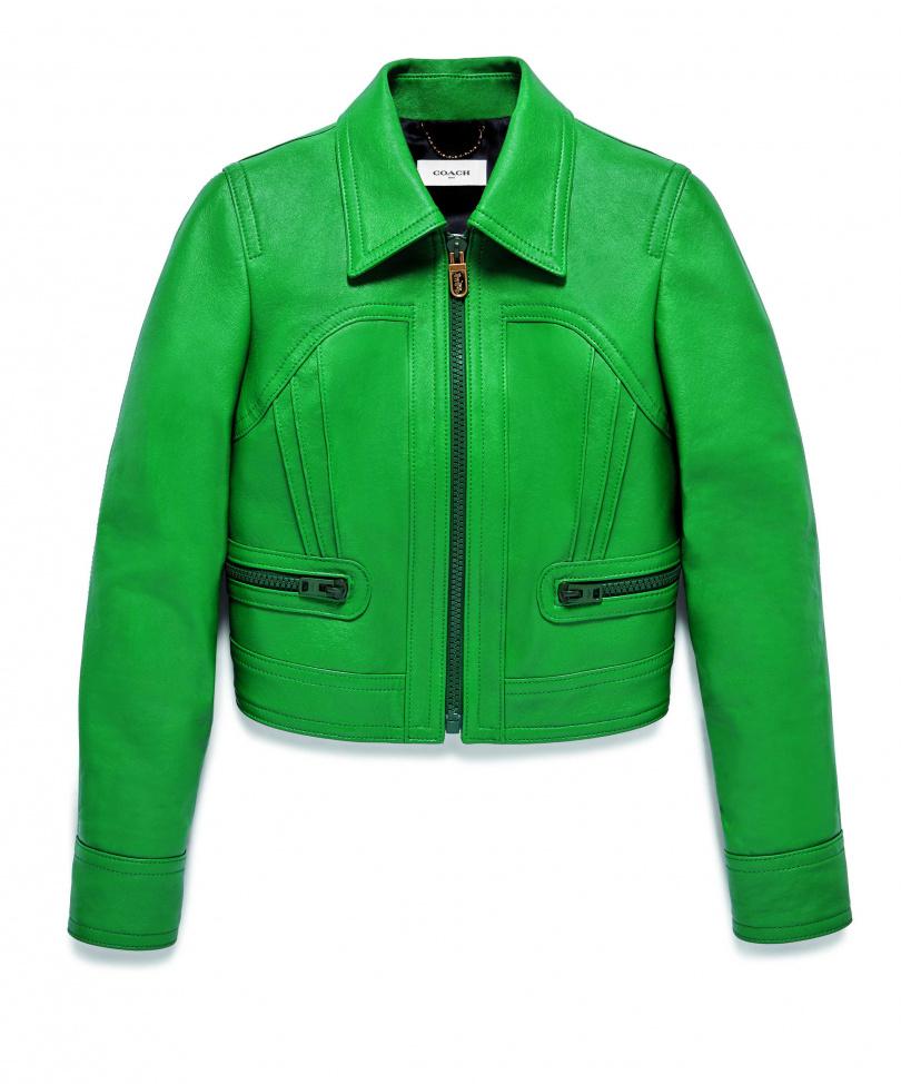 湖水綠色調充滿神秘的獨特性、與沒有規律的自由奔放,令人相當好奇套上去會是什麼樣的時尚氣氛。 COACH綠色皮夾克NT43,800