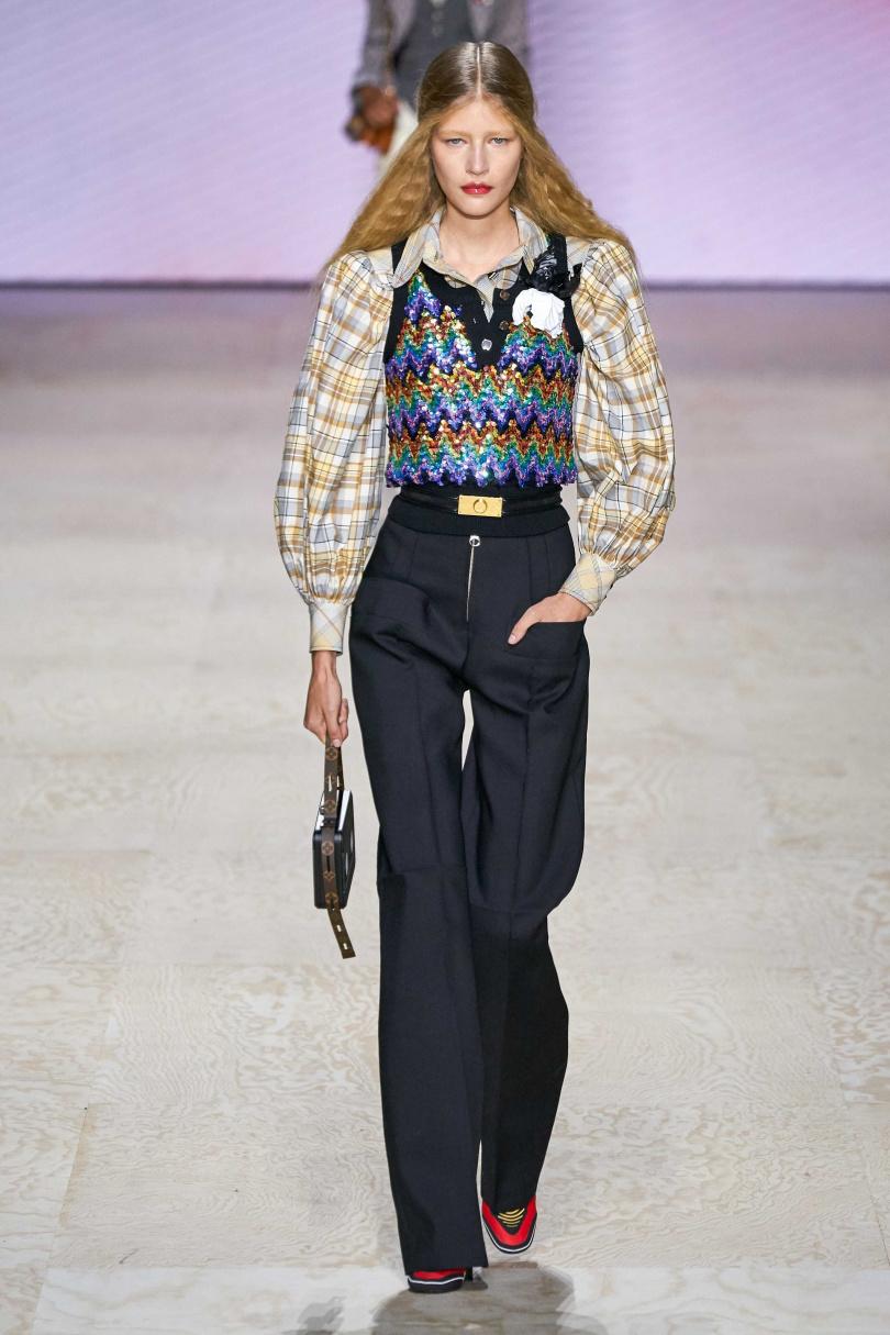 亮片&編織的華麗點綴有著季節轉變的活力生機,些許的復古可以讓春時尚變得更有意思。(圖/Louis Vuitton)