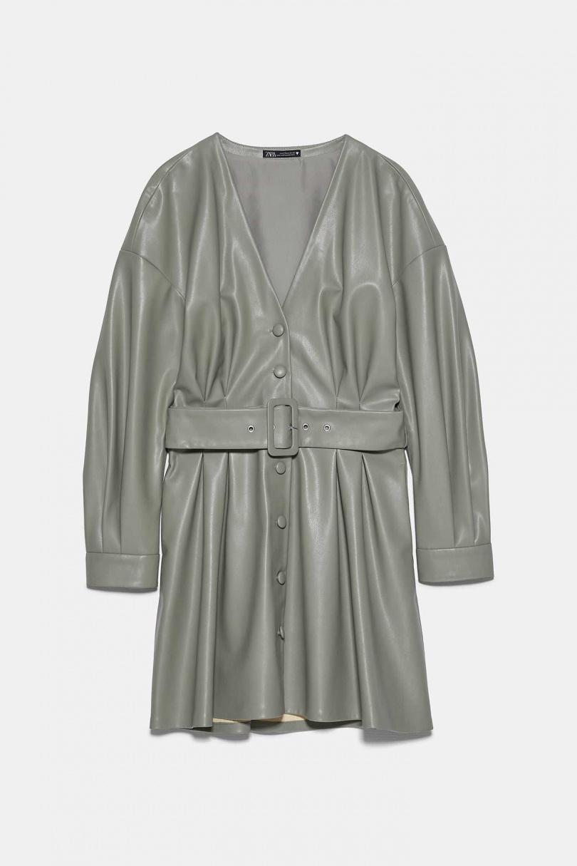無領設計更能顯出女人味,內搭蕾絲衫展現優雅,混搭著皮革的高級感,絕對時髦有型。 ZARA人造皮洋裝NT1,490
