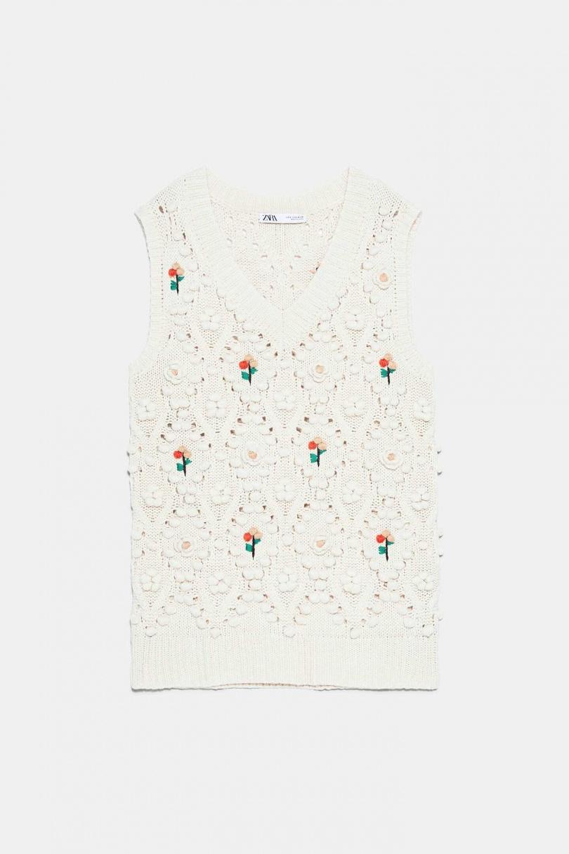 一件充滿春天感的針織背心,在這一季仍是高度百搭單品,選擇淺色系能展現清新的魅力。 ZARA花卉針織背心NT1,490