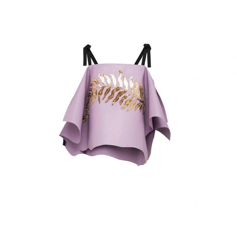 不同於千篇一律的皮革剪裁,不規則軟羊皮也能設計出像擁有輕柔感般的垂墜效果,相當與眾不同。 PRADA Nappa Leather Top價格店洽