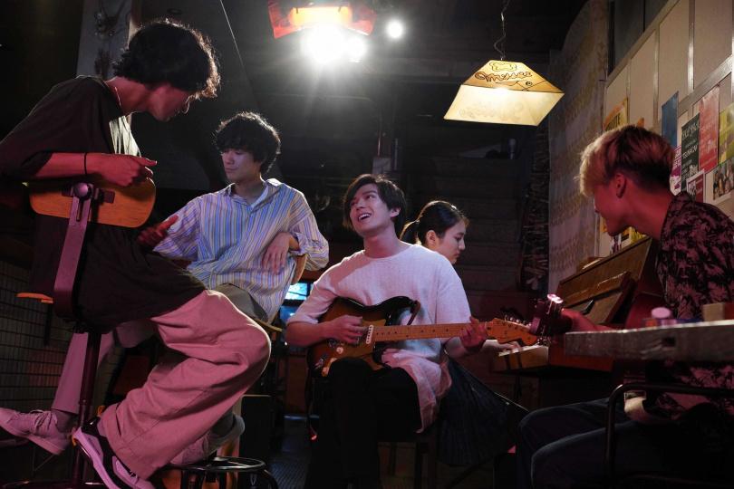 為了演出音樂祭等表演戲,演員們瘋狂練習各自負責的樂器。(圖/天馬行空提供)