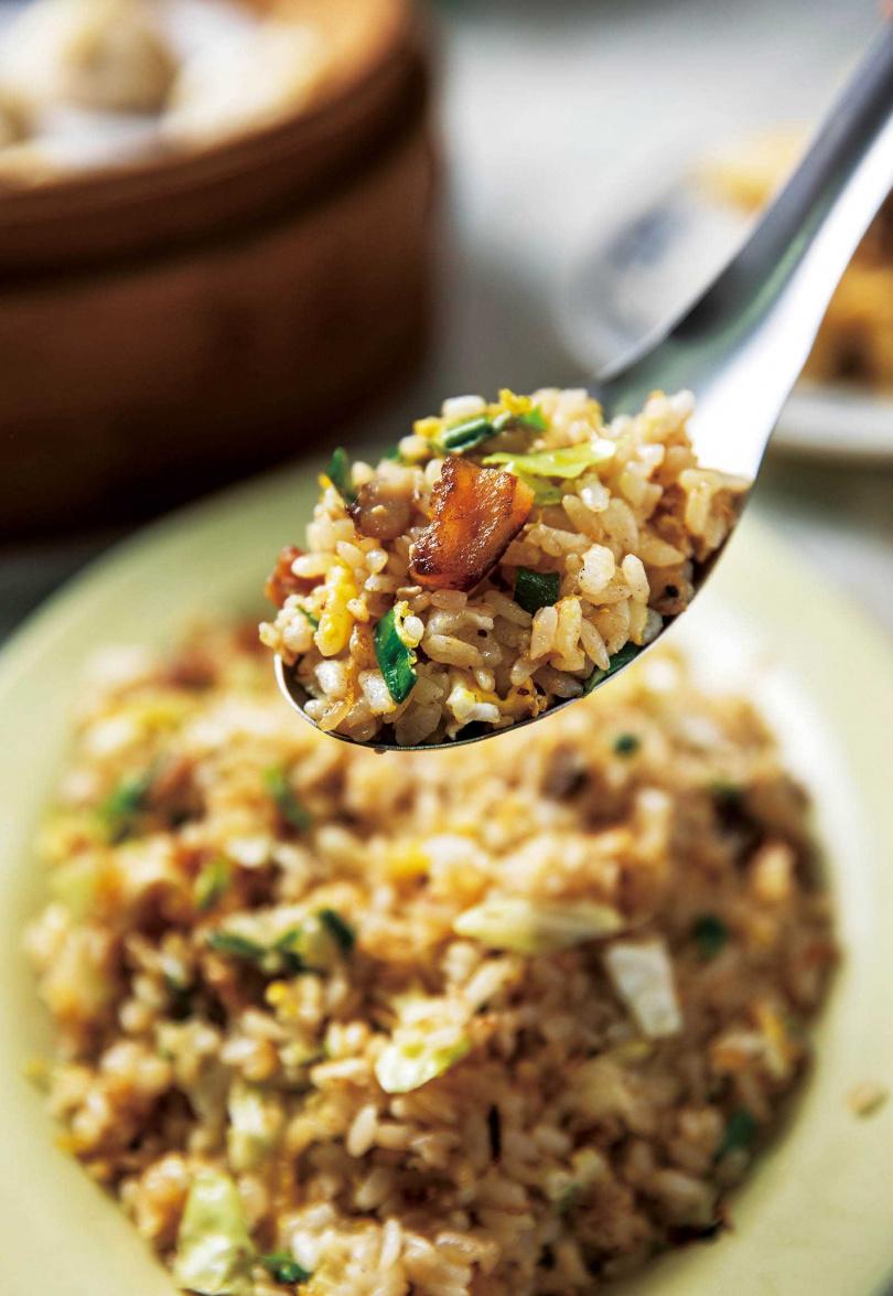 相當在地的「鬼頭刀炒飯」粒粒分明,每口都吃得到餡料。(80元)(圖/宋岱融攝)