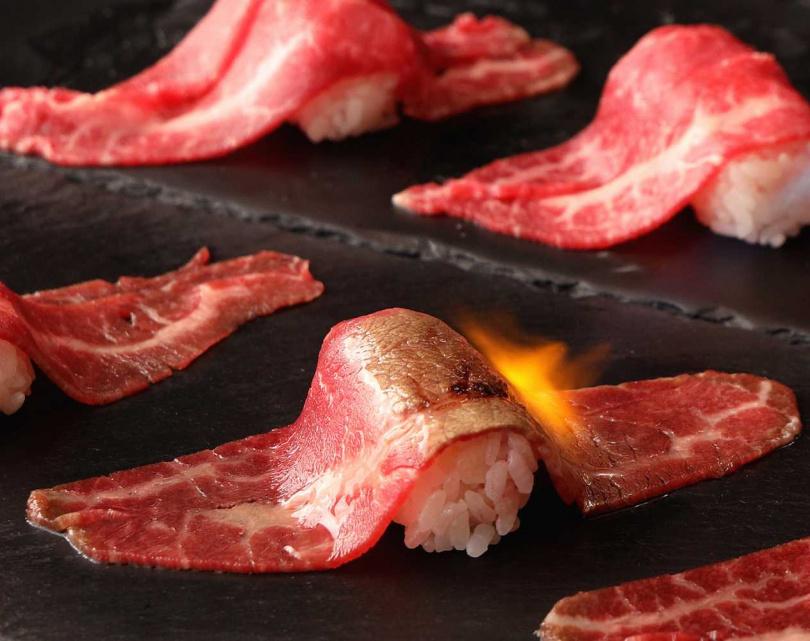 炙燒和牛壽司。(圖/和牛祭鍋物放題提供)