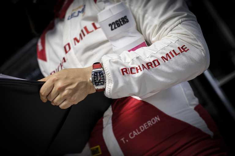 RICHARD MILLE車隊女性賽車Tatiana Calderon,佩戴「RM 007鈦合金女士腕錶」紅色錶帶款,體現極限運動精神。(圖╱RICHARD MILLE提供)