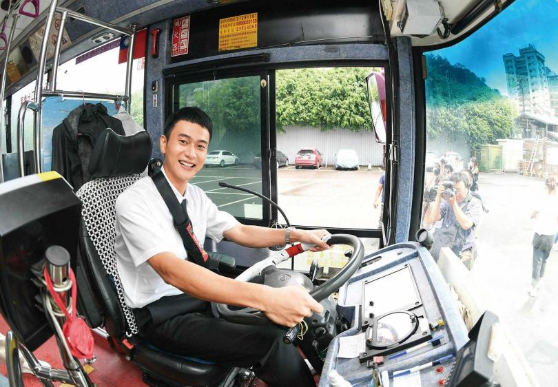 為在《消失的情人節》中演出公車司機,劉冠廷特別學習駕駛技巧。(圖/牽猴子提供)