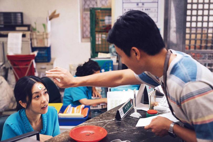 李霈瑜在片中是劉冠廷暗戀的對象,每天都會來郵局找她寄一封信。(圖/牽猴子提供)