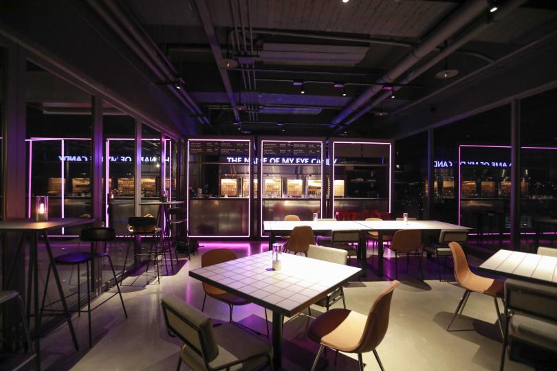 從室內延伸到戶外的方框設計,靈感來自檳榔攤。(圖/林士傑攝)