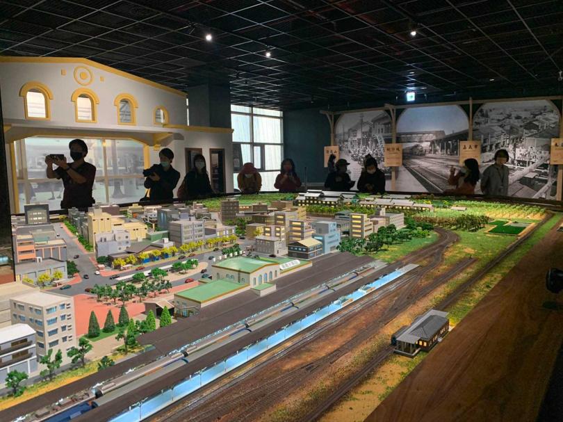 「嘉義市立博物館」常設展《展望諸羅》將嘉義市地圖融合古今,重現過往三鐵共構的景象。(圖/官其臻攝)