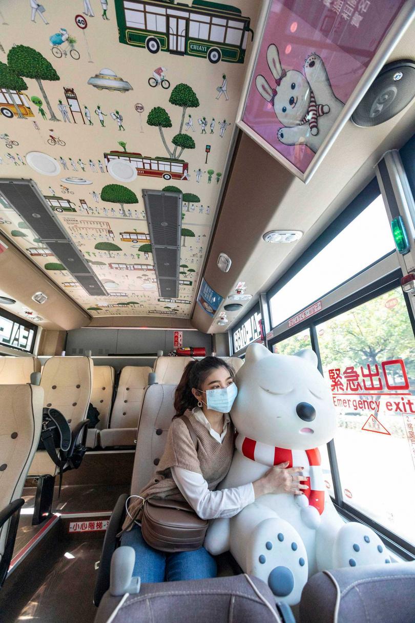 搭上嘉義的電動公車,不定期能看到嘉義吉祥物「沉睡大白熊」出沒,讓旅客充滿驚喜。(圖/林士傑攝)