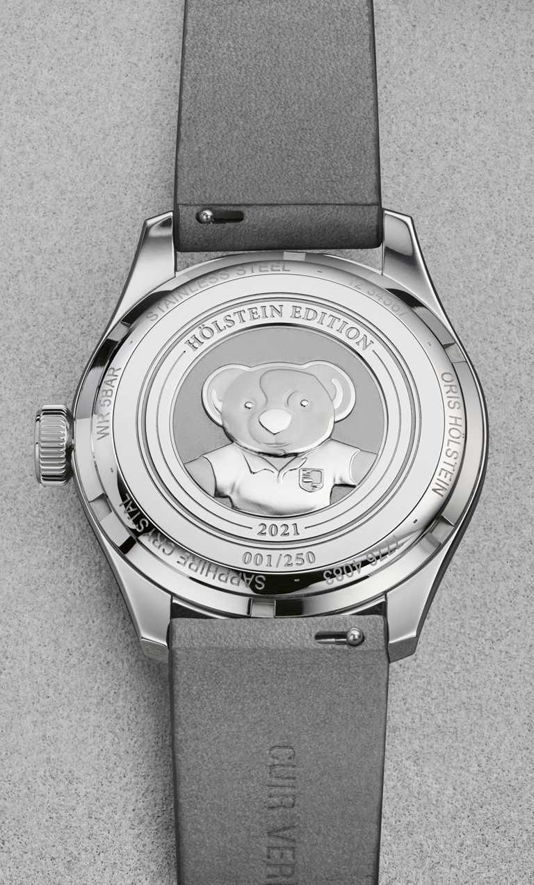 每只ORIS「Hölstein 2021」 限量腕錶的錶背底蓋,都飾有「Oris Bear」圖騰及其限量編號。╱110,000元。(圖╱ORIS提供)