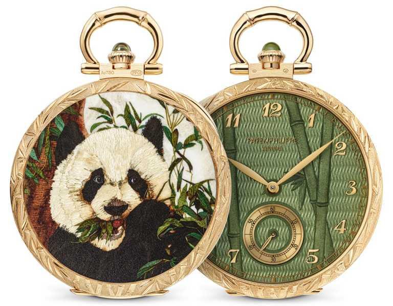 「人手雕刻」是最悠久的金屬鑲嵌裝飾技藝,「熊貓」懷錶正是最令人注目的例子之一。每款作品皆獨一無二,展示裁切小木塊細工鑲嵌錶殼底蓋、大明火透明琺瑯錶面,以及人手精雕錶殼和錶環等精緻細節。(圖╱PATEK PHILILPPE提供)