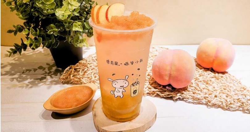 夏季新品「蜜桃由美」以水蜜桃醬搭配金萱茶凍,康青龍APP會員或線上點餐可享優惠價65元。(圖/康青龍提供)