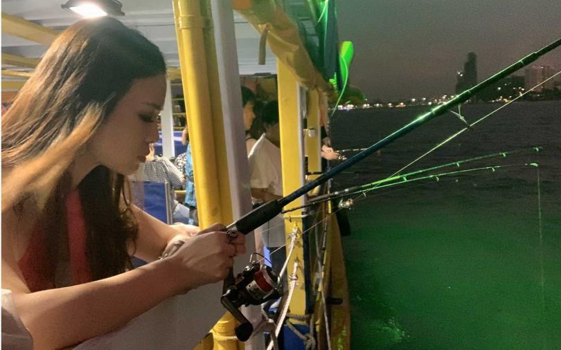 ▲在小船上體驗夜釣小管、海釣樂趣。(攝影/官其蓁)
