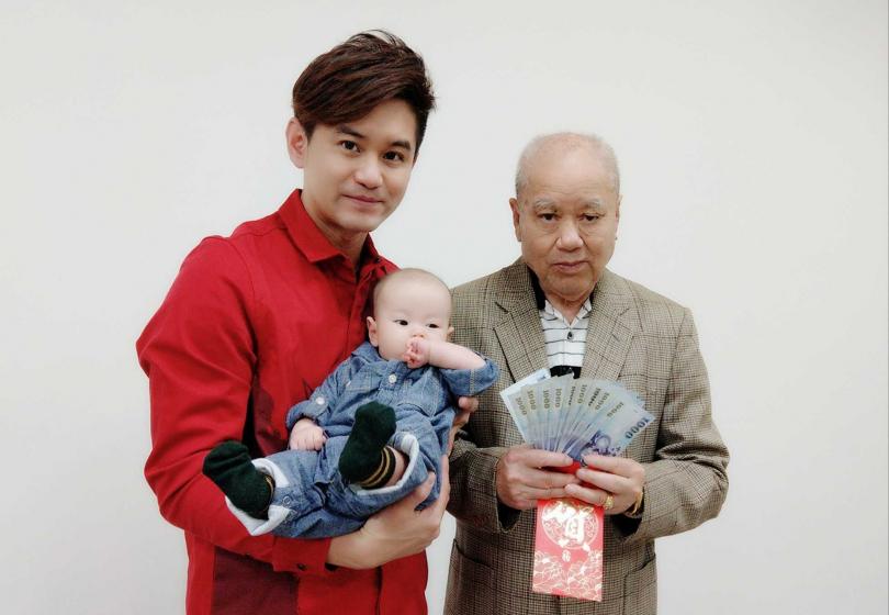 吳俊宏(左)兒子跟老爸團圓合影。(圖/豪記唱片提供)