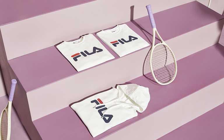 FILA x BTS防彈少年團首波上市單品白色連帽T-shirt,NT2,180,只在實體門市販售。(圖/FILA)