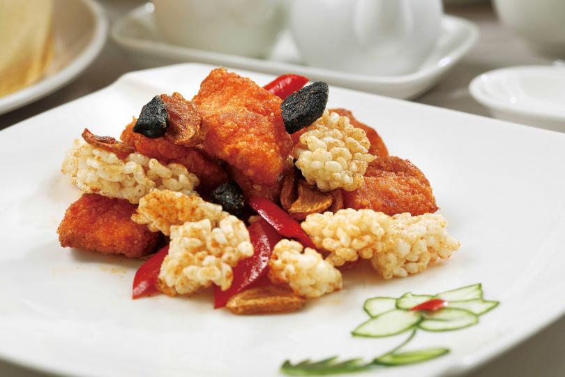 「黑白雙蒜紅糟酥魚」外酥內軟的紅糟鱈魚,搭配黑蒜、大蒜很對味。(380元)(圖/于魯光攝)