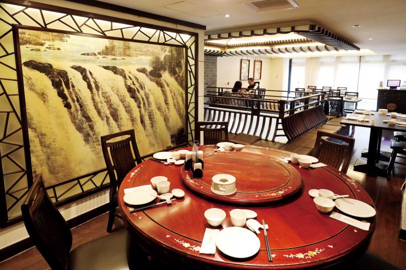 台北市「點水樓」南京店主打江南料理,裡頭還可以看見許多江南造景。(圖/于魯光攝)