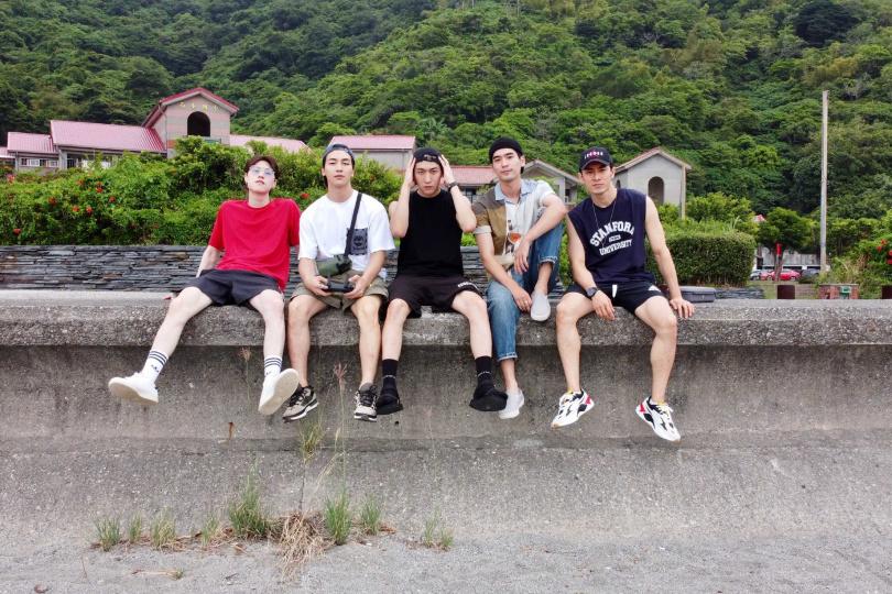 英承晞 (左起) 、張洛偍、黃宏軒、涂善存、管麟因戲培養出好感情。(圖/周子娛樂提供)