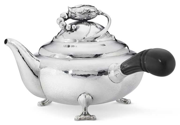 GEORG JENSEN「BLOSSOM銀雕茶壺2D」╱520,000元。(圖╱GEORG JENSEN提供)