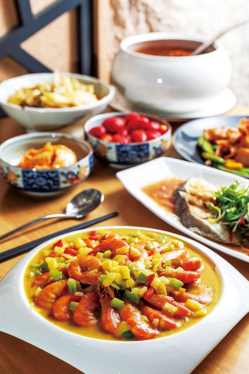 冬季合菜新推「天香咖哩海大蝦」、「蟲草淮杞燉排骨」等豐富菜色,還有開胃菜與甜品。(住客價格依人數為1,000元+10%至3,000元+10%)(圖/焦正德攝)