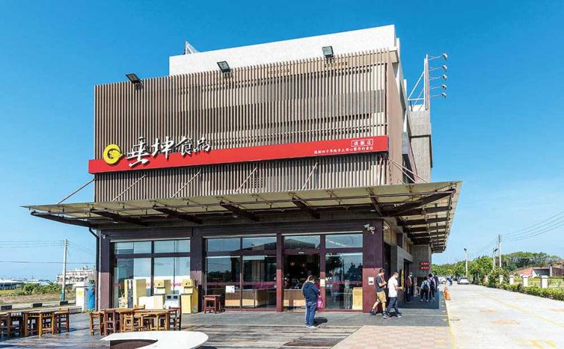 「垂坤食品旗艦店」販售各式各樣的零嘴、伴手禮,即便平日造訪也有滿滿人潮。(圖/焦正德攝)
