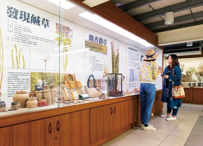 在「藺草文化館」可透過展件與文字解說,了解苑裡「藺草原鄉」稱號的由來。(圖/焦正德攝)