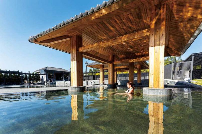 「享沐時光莊園渡假酒店」裡頭占地7百坪的「露天風呂」,含有溫泉池、冷泉、水療SPA等設施,讓旅人得以放鬆身心。(圖/焦正德攝)