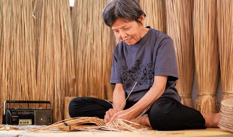 工藝師阿嬤用雙手編織出多款藺草商品,與她們悠長的一生。(圖/藺子提供)