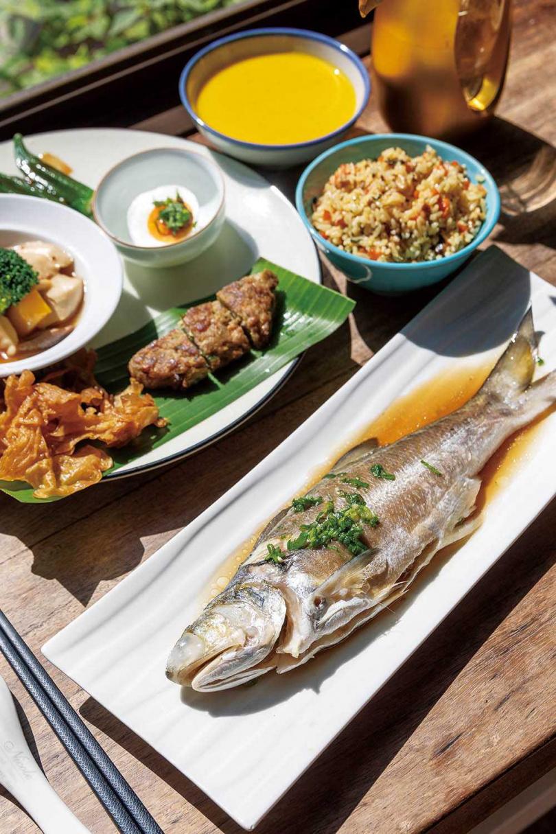 套餐附有九層塔拌飯、南瓜濃湯和自製鯊魚餅等,以簡單調味帶出食材鮮美,主菜尤其推薦當季鮮魚。(午間套餐500元,需預約)(圖/焦正德攝)