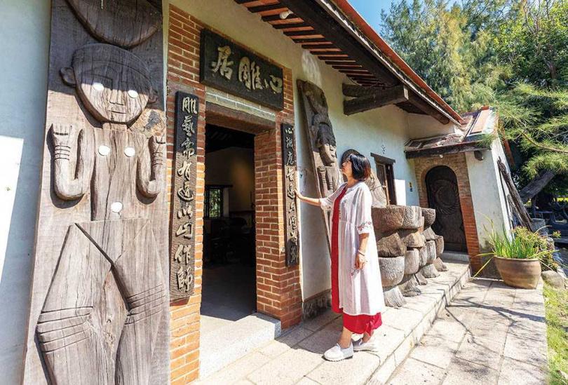 走進「心雕居」的展廳,可看到陳家兩代三人以排灣族文化等意涵創作的木雕作品。(圖/焦正德攝)