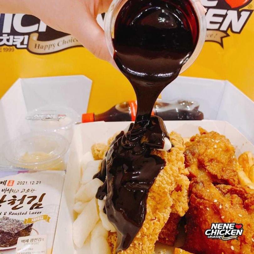 巧克力炸雞。(圖/NENE CHICKEN提供)