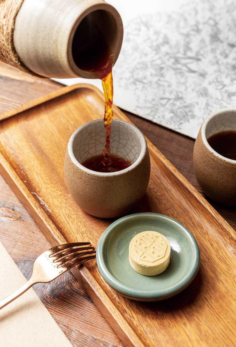 中淺焙的「南方安逸」酸度平衡,與隨盤附贈的麻油綠豆糕極為契合。(200元)(圖/焦正德攝)