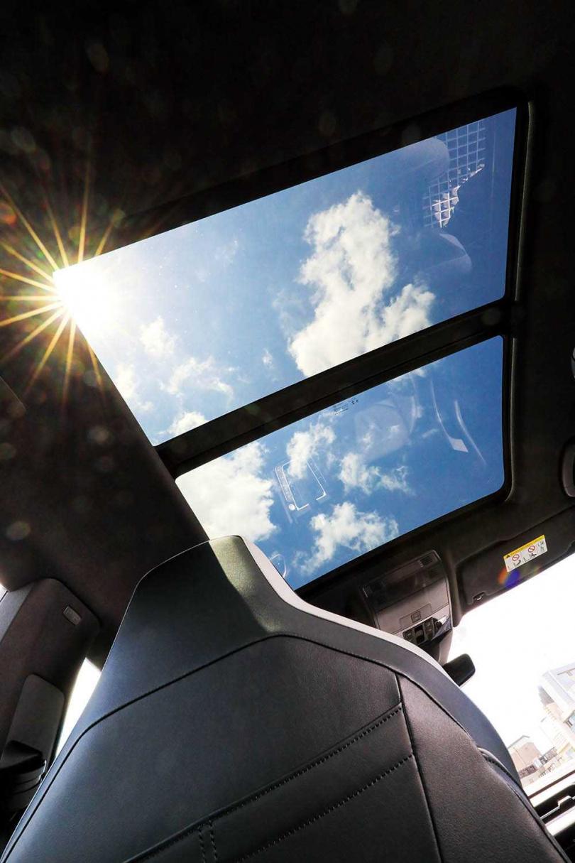 搭載大面積天窗,若需要自然光時,只需把遮光簾後捲。(圖/馬景平攝)