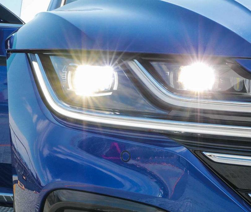 頭燈組採用IQ Light(四邊形可變化模組燈片)矩陣LED技術,在光照不足時能獲得更廣的照明範圍。(圖/馬景平攝)