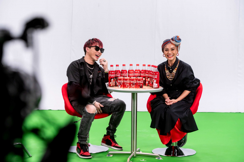 ØZI(左)及阿爆為台灣限定的對話瓶創作新單曲。(圖/可口可樂公司提供)