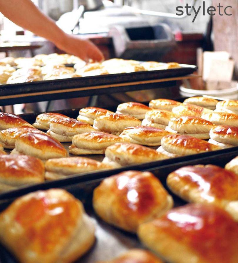 「梅子酥餅」外型近似阿嬤的半月形梳、靈感源於傳統「柴梳餅」,從蒜頭口味改為加麥芽糖與話梅的鹹甜口味。(330元/10入)(圖/店家提供)