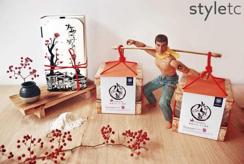 學設計出身的王桐盛改良水果餅包裝,做成竹簍造型貼近「擔餅節」習俗。(圖/店家提供)