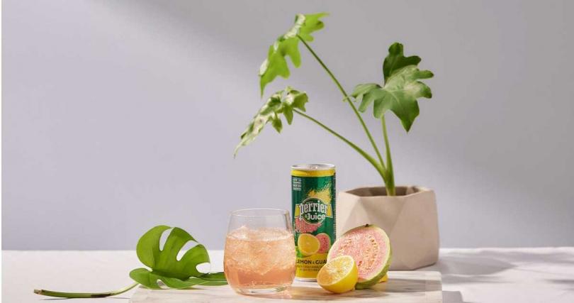 「Perrier & Juice法國沛綠雅檸檬芭樂氣泡綜合果汁」適合與伏特加、蘭姆酒及琴酒調和。(圖/沛綠雅提供)