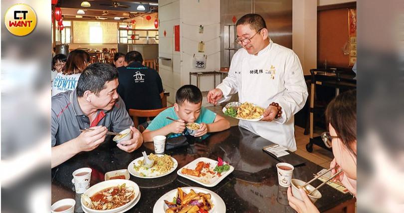 樊定宣師傅常和食客們打招呼,看到小朋友來吃素食更是歡喜。(攝影/馬景平)
