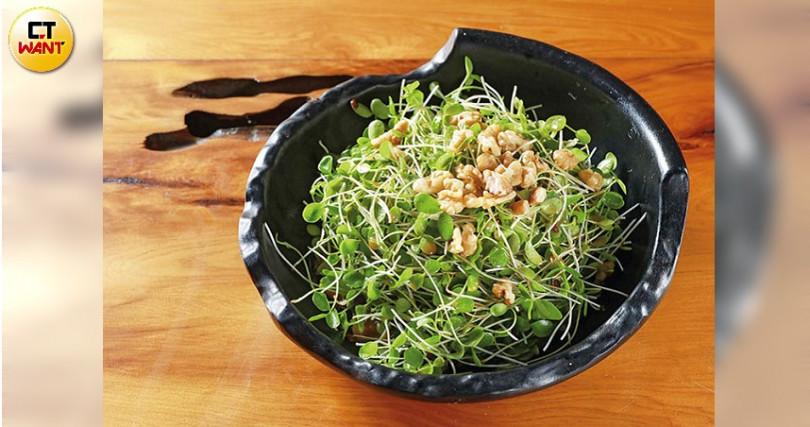 以新鮮香椿苗淋上胡麻醬與橄欖油的特調醬汁,加上核桃仁,爽脆鮮嫩、香氣十足。(攝影/馬景平)