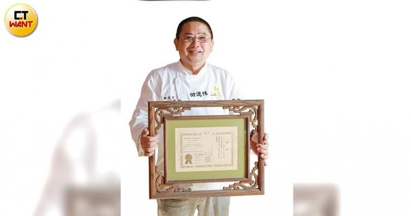 手拿27歲得到廚藝競賽冠軍的證書,樊定宣想起自己年輕時的心高氣傲。(攝影/馬景平)