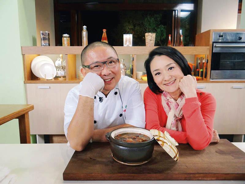 充滿喜感的樊師傅,曾上主持人譚艾珍的節目教做素食。(圖/樊定宣提供)