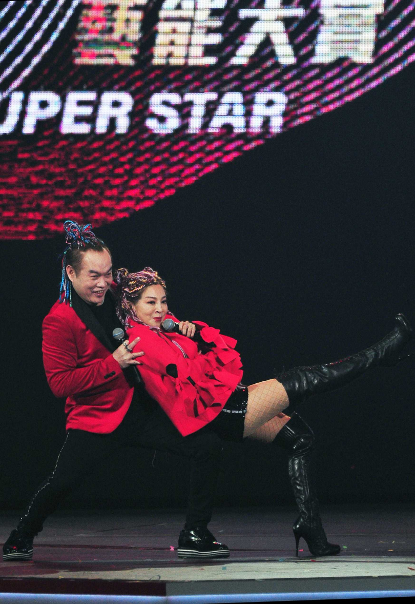 康康與王彩樺在台視除夕特別節目《2020超級巨星紅白藝能大賞》上各自帶來精彩演出。(圖/台視提供)