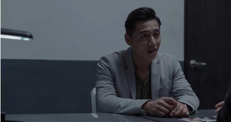 鄭人碩在《誰是被害者》挑戰一人分飾兩角,展現腹黑演技令人驚豔。(圖/Netflix提供)