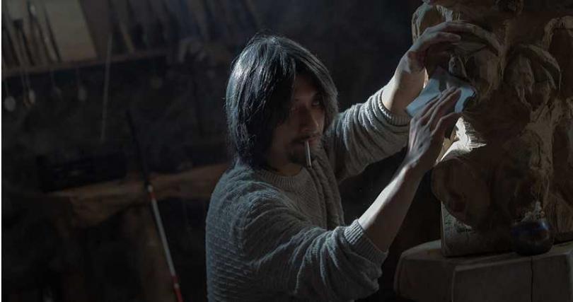 鄭人碩在劇中飾演盲人木雕藝術家,為戲學習木雕技巧,練到手都長繭。(圖/Netflix提供)